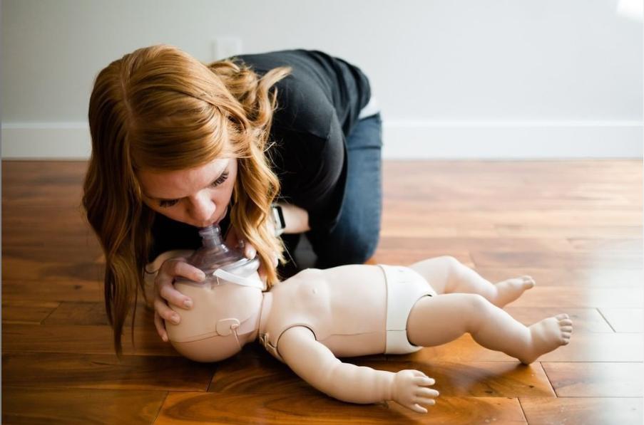 Pierwsza-pomoc-malemu-dziecku